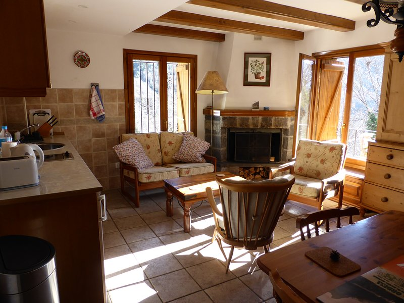 Casa Petirrojo sala de estar con chimenea, cocina y comedor