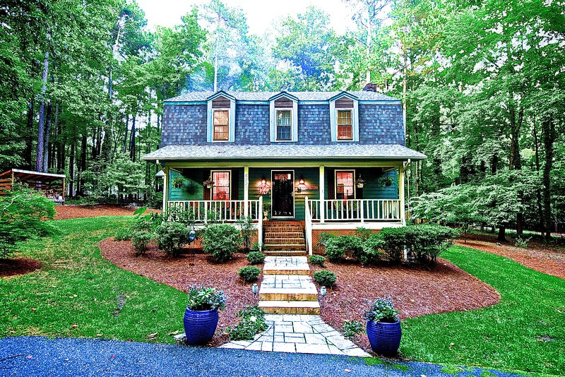 Cozy 3 bedroom 2.5 bath home on 1 acre wooded lot, holiday rental in Raleigh