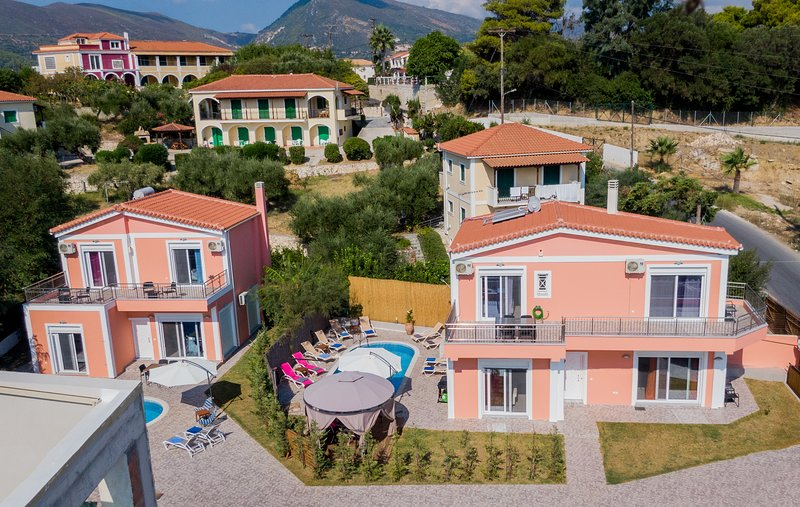Villa Danae 1 & 2,  3-Bedroom Villas with Private Pool, location de vacances à Agios Sostis
