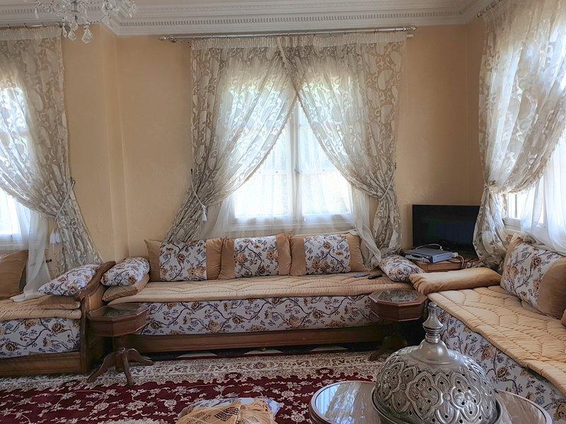 Beautiful apt with terrace & Wifi, alquiler de vacaciones en Nouaceur