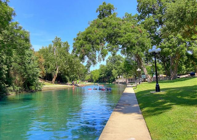 Comal Riverfront with Pool & Hot tub! Walk to downtown Tube rental next door!, alquiler vacacional en New Braunfels