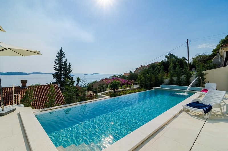 Villa Orlando - Five Bedroom Villa with Swimming Pool and Sea View, holiday rental in Plat