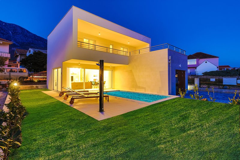 Villa Andreja**** with pool!, location de vacances à Kastela