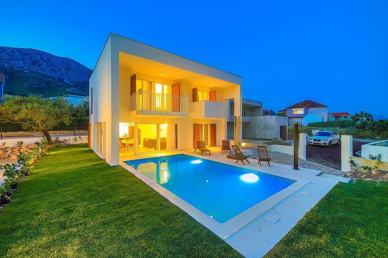 Villa Tina**** with pool!, location de vacances à Kastela