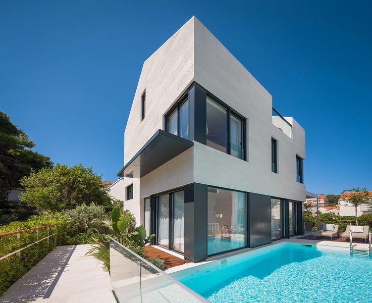 Luxury Villa Gama Prestige with Pool, holiday rental in Sutivan