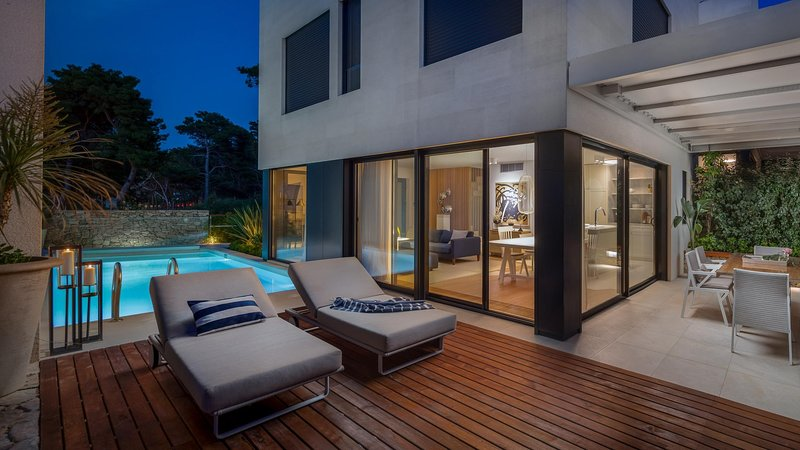 Luxury Villa Beta Prestige with Pool, holiday rental in Sutivan