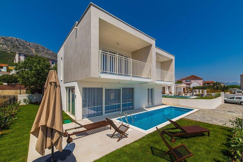 Villa Rachel**** with pool!, location de vacances à Kastela