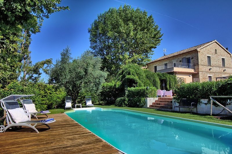 Charming holiday historic Villa with pool just 15 km from the Adriatic Coast, location de vacances à Morro d'Alba