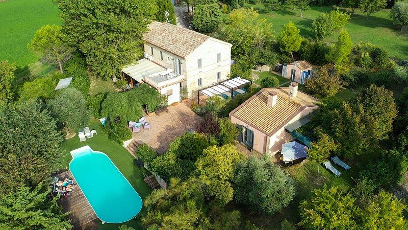 Cozy tipical italian cottage with 2 bedrooms, garden, veranda and swimming pool, location de vacances à Morro d'Alba
