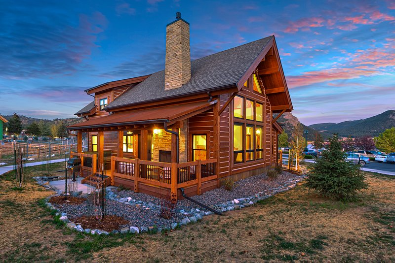 Rocky Mountain Getaway- Indoor/Outdoor fireplace, Jacuzzi, Close to Downtown, casa vacanza a Drake