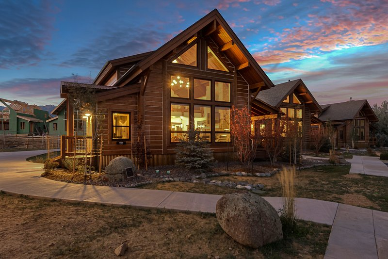 Cozy & Contemporary-Indoor/Outdoor Fireplace, Steps to Lake Estes, Jacuzzi, Clos, vacation rental in Estes Park