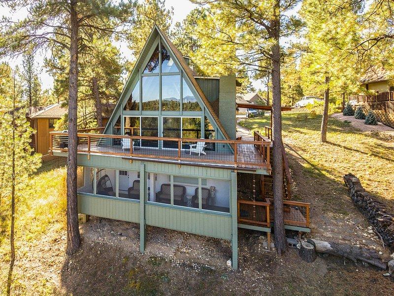 Spacious Flagstaff A-Frame Cabin w/ Deck & Views!, location de vacances à Kachina Village