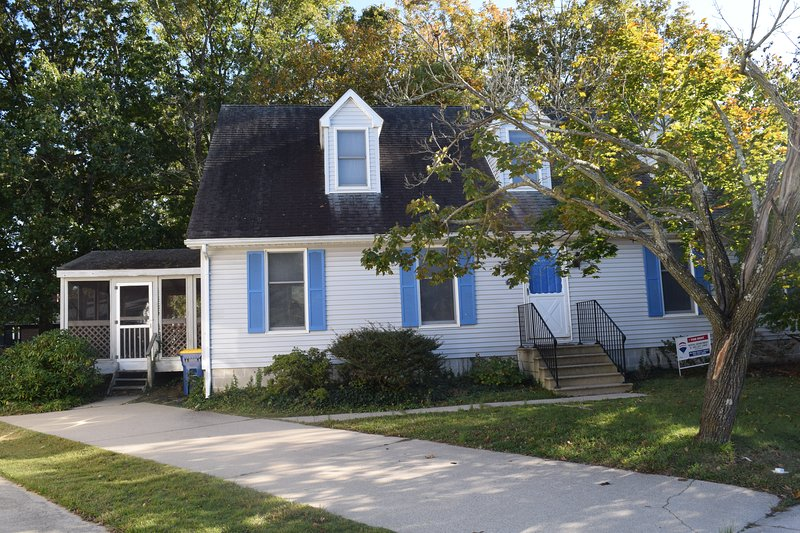 Welcome to 404 Country Club! Located in perfect, quiet, downtown Rehoboth neighborhood!