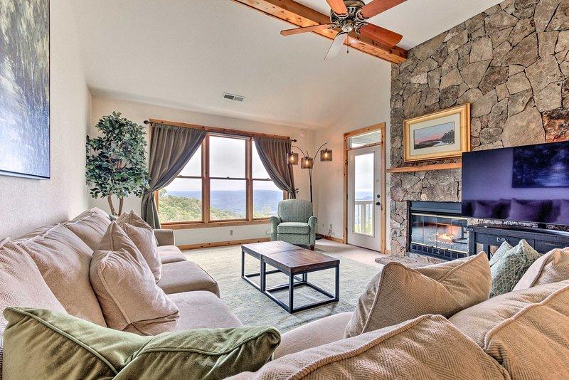 Burnsville Condo w/Balcony + Smoky Mtn. Views, holiday rental in Green Mountain