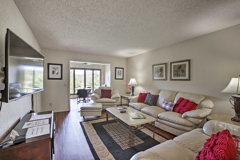 Golf Course Front Townhome Near Mtn Biking Trails!, holiday rental in Noel