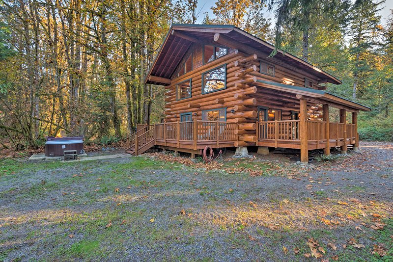 Custom Riverfront Log Home near Stevens Pass!, casa vacanza a Baring