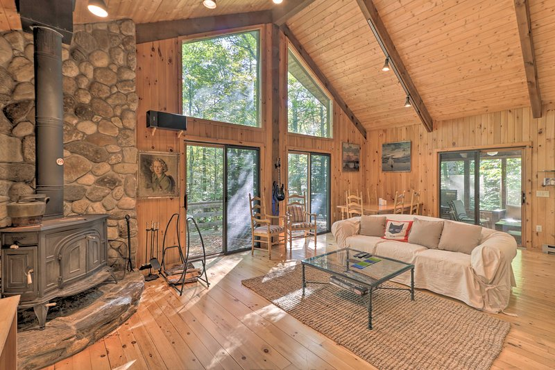Cabin w/3 Acres, Tennis+BBall Courts by 4 Ski Mtns, holiday rental in Monterey