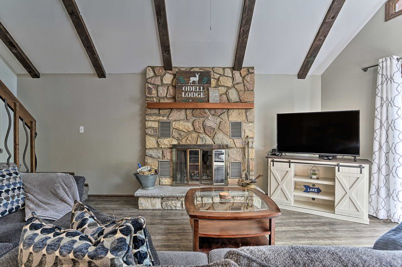 Home w/ Fire Pit & Game Room, 400ft to Lake!, vacation rental in Thornhurst