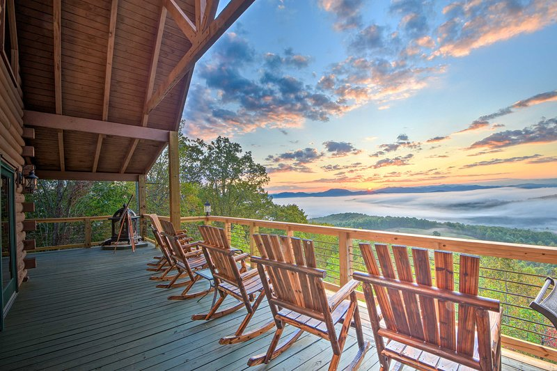Large Luxe Cabin w/Hot Tub 16Mi to Blue Ridge, holiday rental in Culberson
