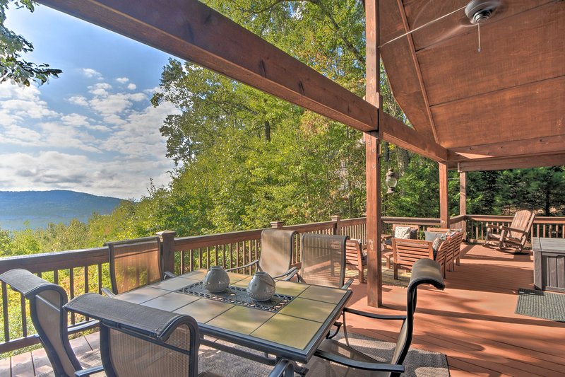 Mountaintop Murphy Cabin by Hiwassee River!, holiday rental in Brasstown