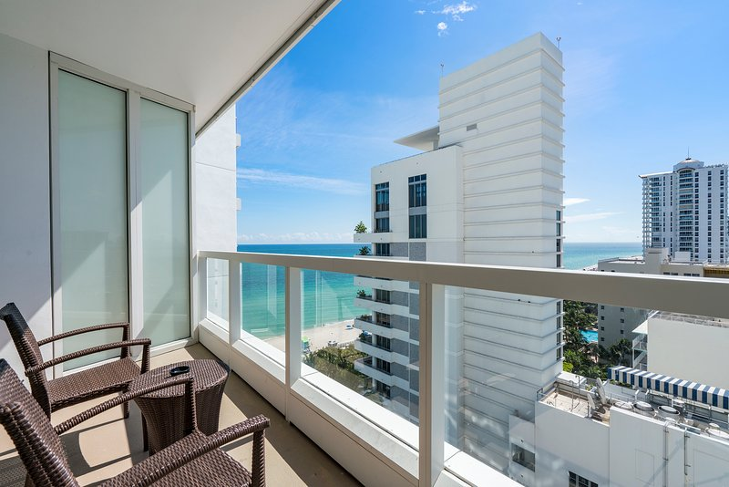 Oceanview* Beachfront Resort*Free Valet Parking,10 Pools, Spa, Gym, Restaurants, vakantiewoning in Miami Beach