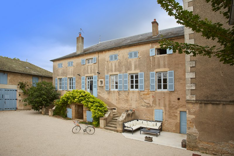 Rully Villa Sleeps 12 with Pool - 5816808, vacation rental in Chassagne-Montrachet