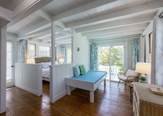 All-Suite Oceanside Retreat w/ Private Deck, 5-Minute Walk to Kailua Beach!, location de vacances à Lanikai