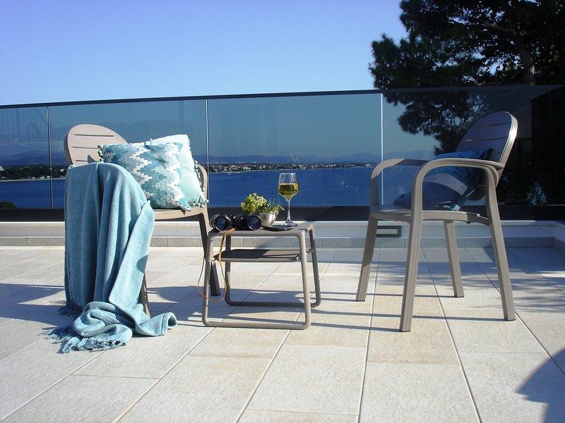 Summer Villa Punta with pool, gym, parking, excellent location by the beach, aluguéis de temporada em Vodice