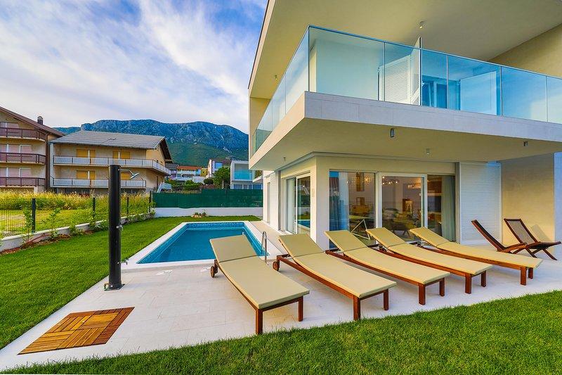 Villa Leah**** with pool!, location de vacances à Kastela