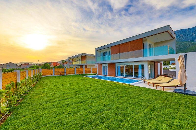 Villa Sheley**** with pool!, location de vacances à Kastela