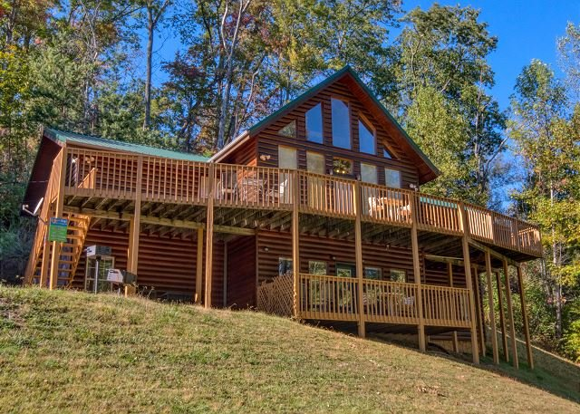 Gatlinburg's Luxury Log Cabin Lodge near Downtown with privacy & pool access!, vacation rental in Gatlinburg