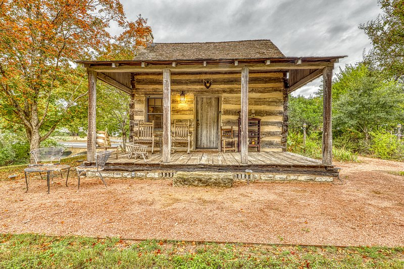 Riverview cabin w/ a lovely porch & lawn, close to it all!, vacation rental in Fredericksburg
