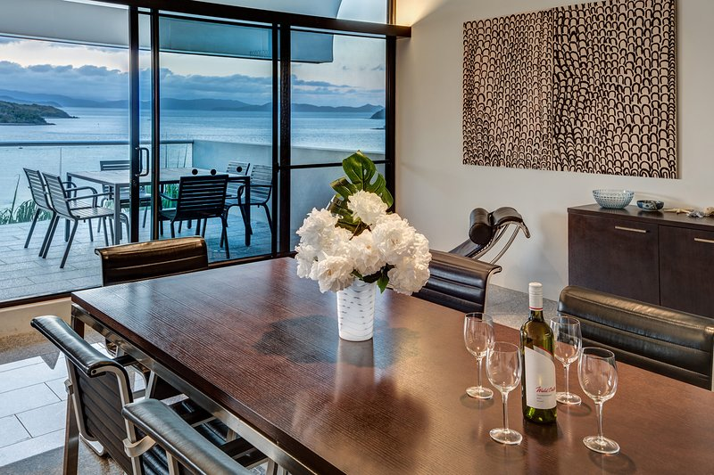 Waves 3 Luxury 3 Bedroom Endless Ocean Views Central Location + Buggy, vacation rental in Hamilton Island