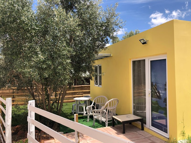 Beautiful bungalow with shared pool, vacation rental in Fonte De Louzeiros