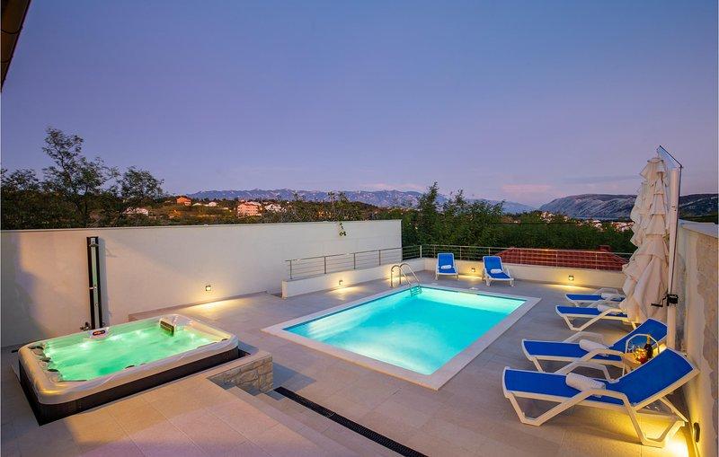 Stunning home in Lopar with Outdoor swimming pool, Jacuzzi and 4 Bedrooms (CKR60, aluguéis de temporada em Lopar