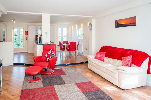 spacious Lounge/dining Kitchen with matching colours of Red & Cream, Netflix & DVD are complimentary