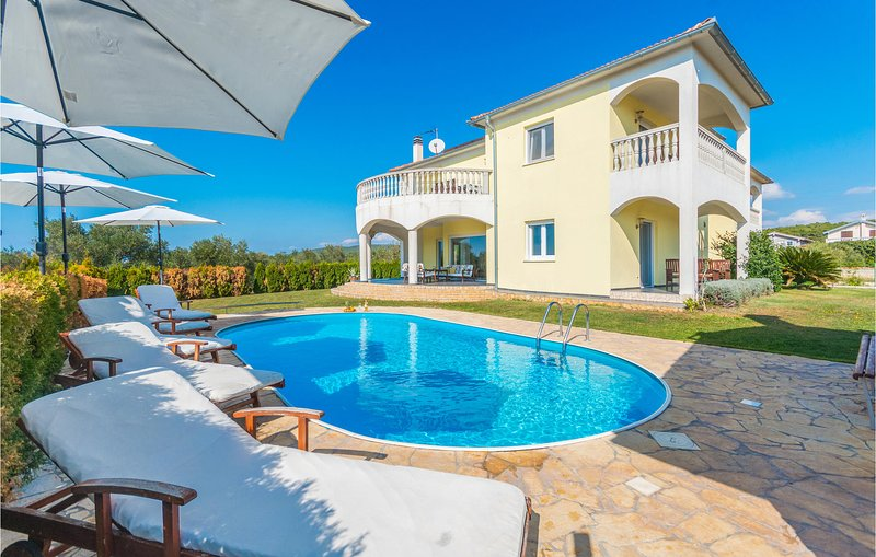 Awesome home in Turanj with Outdoor swimming pool and 8 Bedrooms (CDA658), casa vacanza a Turanj