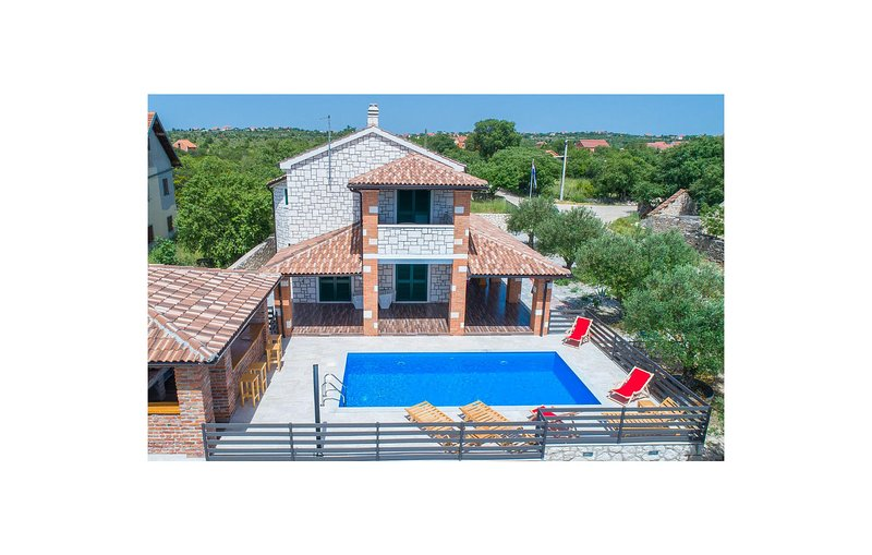 Stunning home in Ladevci with Outdoor swimming pool, Sauna and 4 Bedrooms (CDJ68, casa vacanza a Velika Cista