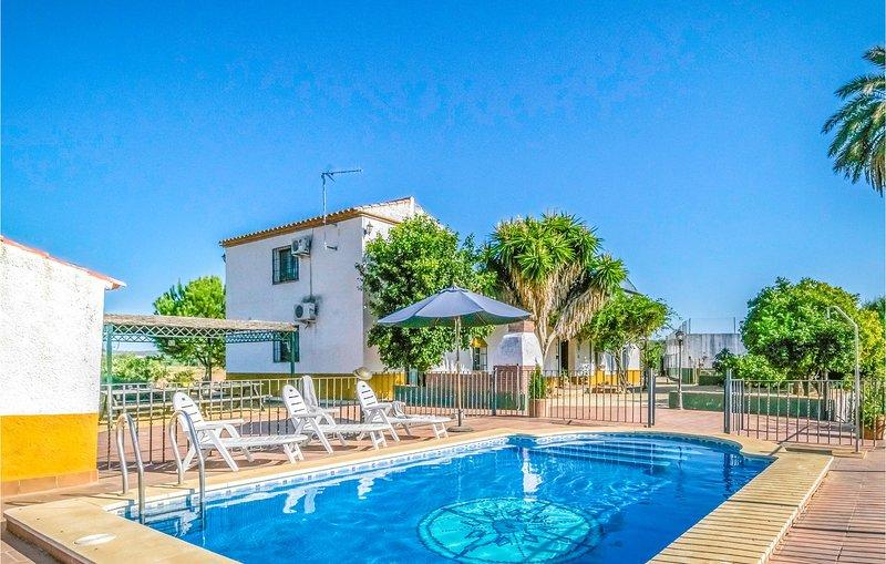 Awesome home in Posadas with Outdoor swimming pool, Outdoor swimming pool and 5, casa vacanza a Rivero de Posadas
