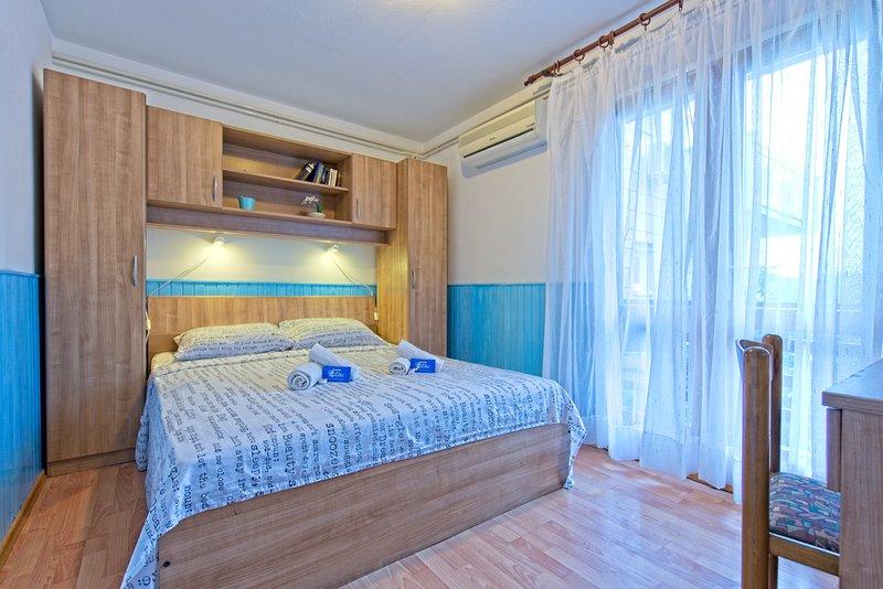 Double room with balcony in Pomena! S1, holiday rental in Govedari