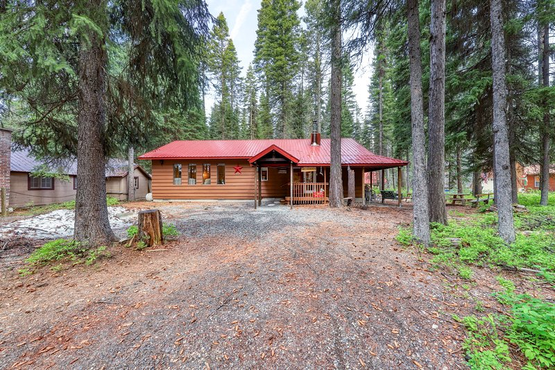 Cozy cabin w/ firepit & 2 fireplaces, one block from Payette Lake!, vacation rental in Tamarack