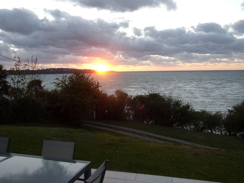 Maison contemporaine vue panoramique sur mer, vacation rental in Ploumilliau