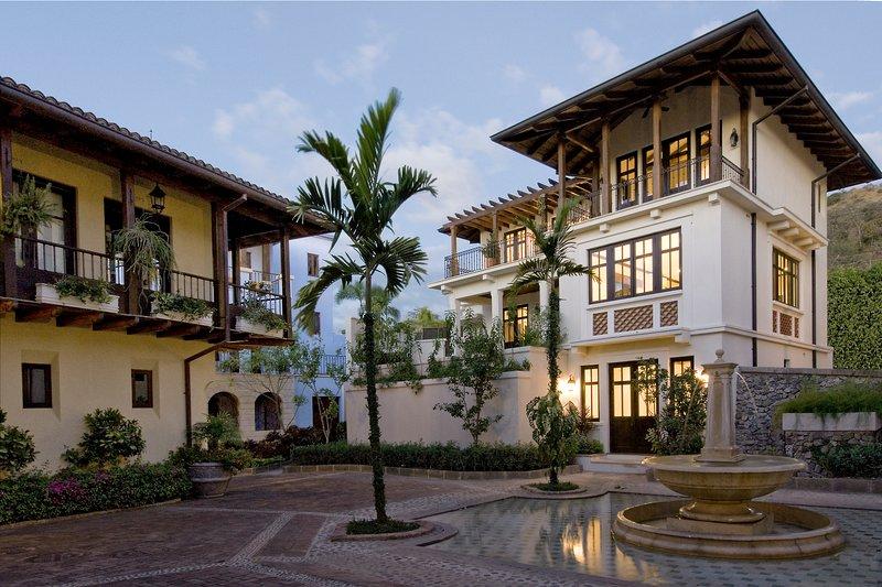 Tranquil 4Br Beach Town Home w Pool, holiday rental in Playa Prieta
