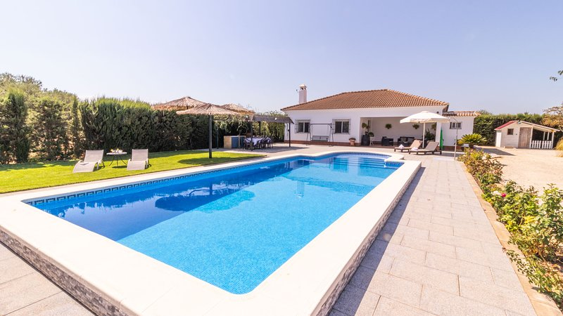 Modern country house in Seville Countryside, free wifi, private pool, holiday rental in Burguillos