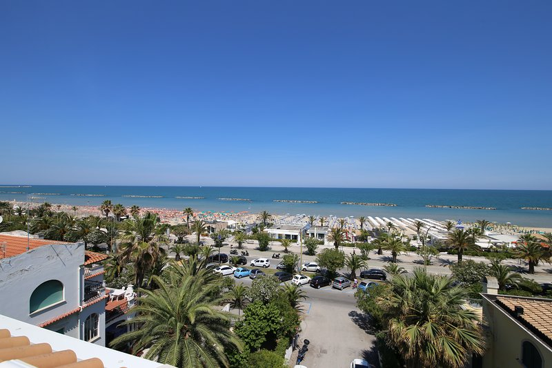 Appartamento a 30 metri dal mare con 6 posti letto con piena vista mare, vacation rental in San Benedetto Del Tronto