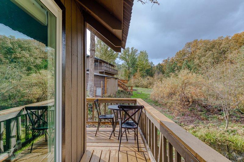 Lofted, modern cabin w/ wood stove, deck & country setting - bring the dog!, aluguéis de temporada em Mosier