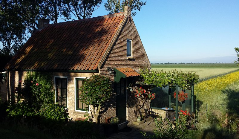 The Cottage    2 person cottage in peaceful agricultural area near lake and sea, holiday rental in Brouwershaven