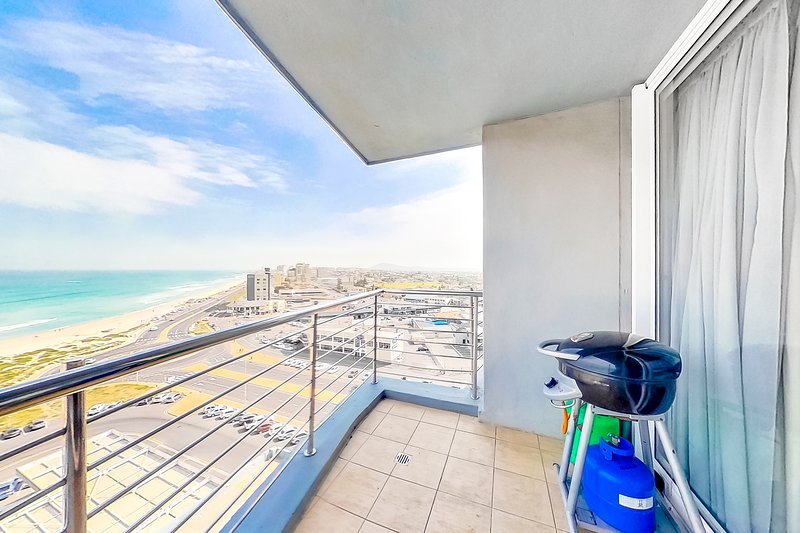 Ocean view condo with balcony, shared rooftop  pool, free Wifi & walk to beach, holiday rental in Table View