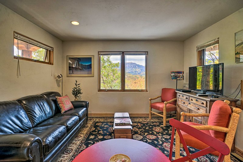 Snowmass Couple's Getaway w/ Mtn Views & Deck, vacation rental in Redstone