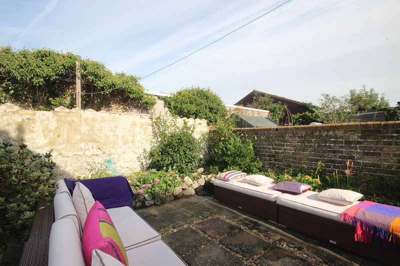 Lovely 3 bedroom seaside property in Hythe with a sunny garden, Ferienwohnung in Burmarsh